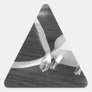 Adesivo Triangular Carregador branco do smartphone na mesa de madeira