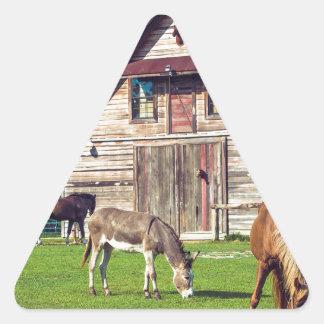 Adesivo Triangular Cena bonita da fazenda com cavalos e celeiro