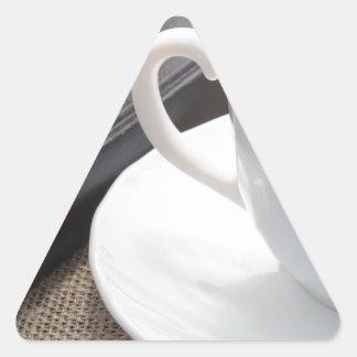 Adesivo Triangular Copo branco do cacau quente e de um biscoito do