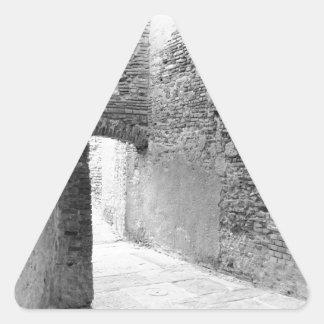 Adesivo Triangular Corredores escuros de uma estrutura velha do