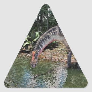 Adesivo Triangular Dinossauro do Dicraeosaurus que alimenta em um rio