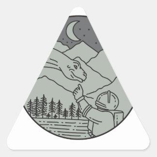 Adesivo Triangular Do círculo tocante do Brontosaurus do astronauta