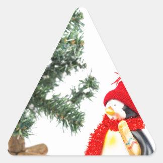 Adesivo Triangular Estatueta do pinguim com esquis e árvore de Natal