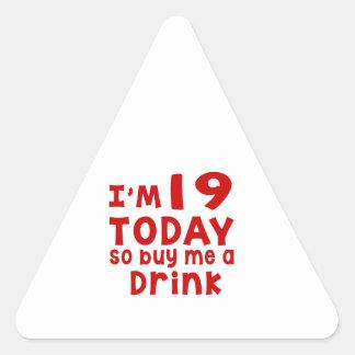 Adesivo Triangular Eu sou 19 hoje assim que compre-me uma bebida