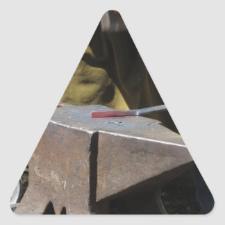 Adesivo Triangular Ferreiro que forja manualmente o metal derretido