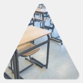 Adesivo Triangular Fileiras das mesas e das cadeiras na sala de aula