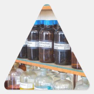 Adesivo Triangular Fileiras dos produtos químicos fluidos em umas