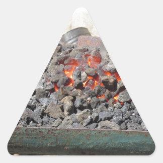 Adesivo Triangular Fornalha antiquado do ferreiro. Carvões ardentes