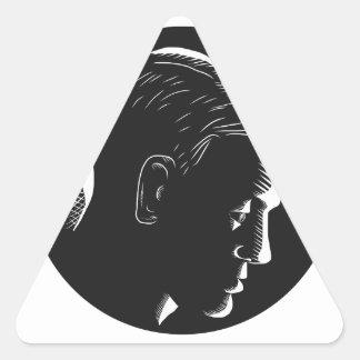 Adesivo Triangular Homem pensativo no Woodcut profundo do círculo do