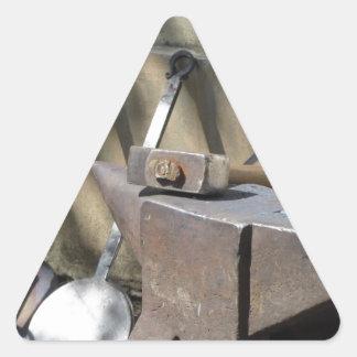 Adesivo Triangular Martelo do ferreiro que descansa no batente
