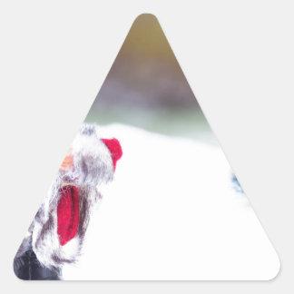 Adesivo Triangular Modelo de Papai Noel que está na neve branca
