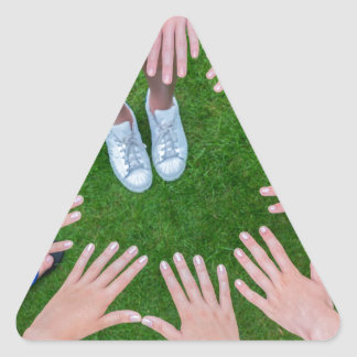 Adesivo Triangular Muitas crianças entregam a junta no círculo acima