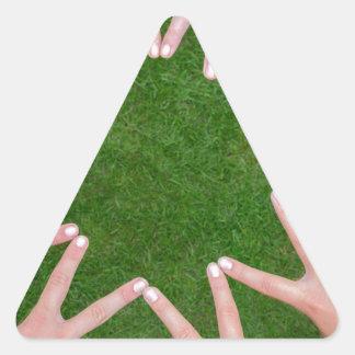 Adesivo Triangular Muitos braços das crianças com as mãos que fazem a
