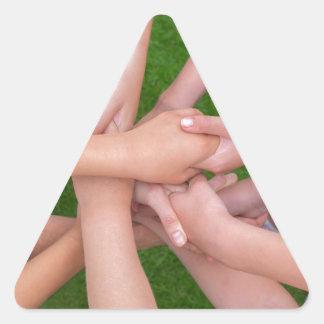 Adesivo Triangular Muitos braços das crianças que mantêm as mãos