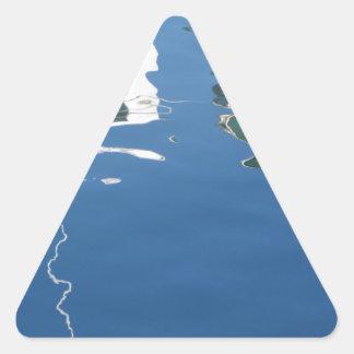 Adesivo Triangular O barco de pesca reflete na água