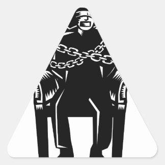Adesivo Triangular O homem amordaçou acorrentado ao Woodcut grande da