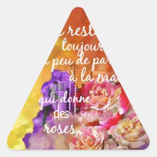 Adesivo Triangular O perfume dos rosas ainda permanece na mão