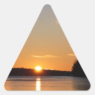 Adesivo Triangular O raio dourado de Sun do inverno reflete no lago
