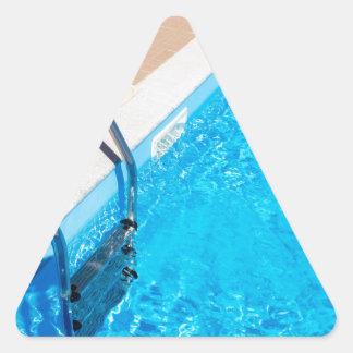 Adesivo Triangular Piscina azul com escada