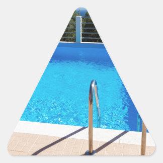 Adesivo Triangular Piscina azul com etapas no mar