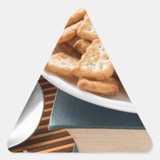 Adesivo Triangular Placa branca com os biscoitos no livro velho