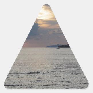 Adesivo Triangular Por do sol morno do mar com navio de carga e um