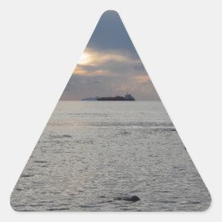 Adesivo Triangular Por do sol morno do mar com o navio de carga no
