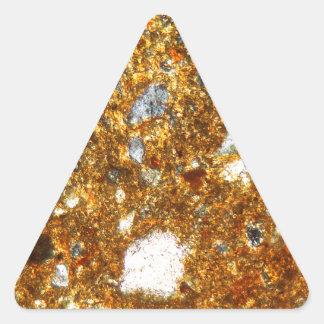 Adesivo Triangular Seção fina de um tijolo sob o microscópio