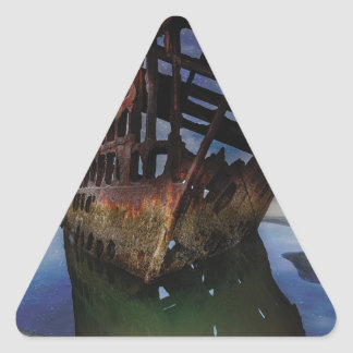 Adesivo Triangular Shipwreck de Peter Iredale sob o céu nocturno