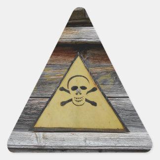 Adesivo Triangular Sinal do perigo do vintage na madeira rústica