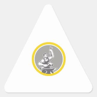 Adesivo Triangular Trabalhador do ferreiro que guardara o círculo