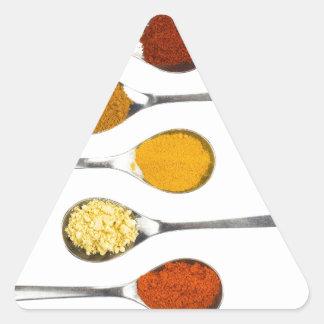 Adesivo Triangular Várias especiarias do tempero em colheres do metal