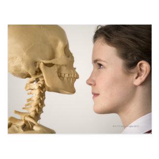 Adolescente com esqueleto cartoes postais