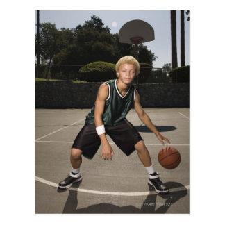 Adolescente no campo de básquete cartão postal