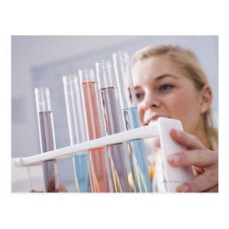Adolescente que guardara a cremalheira dos tubos d cartão postal