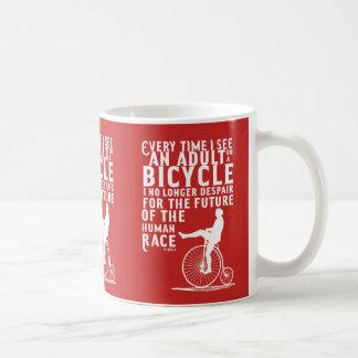 Adultos e caneca das bicicletas