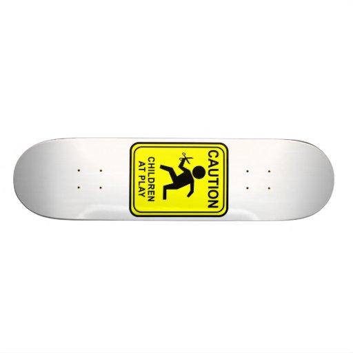 Advirta crianças no jogo - funcionando com tesoura skate