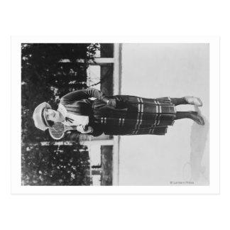 Afixação da mulher na fotografia do equipamento do cartão postal