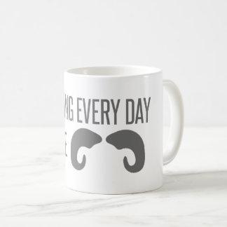 Agarrando cada dia pelos chifres! caneca de café