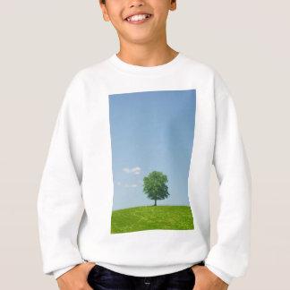 Agasalho Árvore em um campo 2