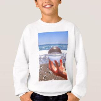 Agasalho Entregue guardarar a esfera de vidro na praia e no