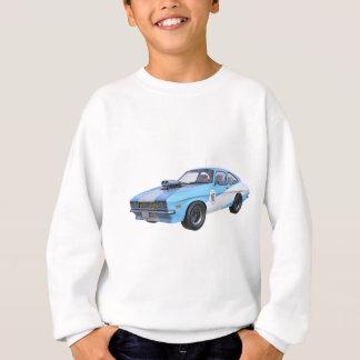 Agasalho os anos 70 azuis e carro branco do músculo
