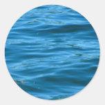 Água azul do oceano adesivos redondos