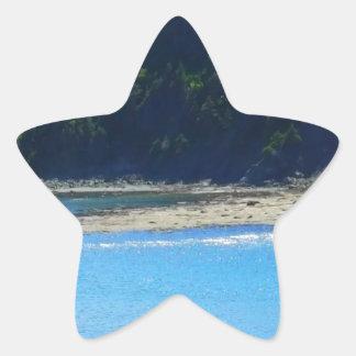 Água e montanhas bonitas da praia adesivo estrela