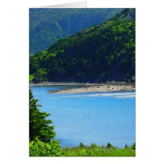 Água e montanhas bonitas da praia cartao