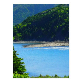 Água e montanhas bonitas da praia cartão postal