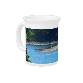 Água e montanhas bonitas da praia jarro de bebida