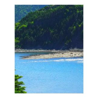Água e montanhas bonitas da praia modelos de papel de carta