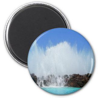 Água que bate rochas em Ilhas Canárias Imã