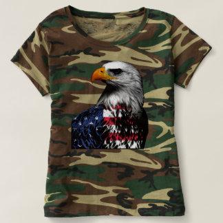 Águia americana americana envolvida na bandeira camiseta
